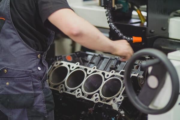 Mężczyzna naprawiający silnik